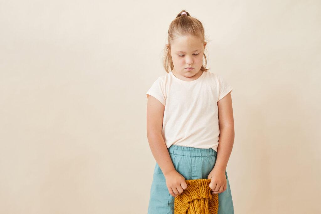 Kind mit Prader-Willi-Syndrom ist traurig. Fortbildungen zu Emotionen im Alltag, Kinder mit herausforderndem Verhalten (Kita-Fortbildungen)